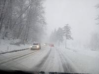 Situaţia drumurilor naţionale afectate de viscol, la ora 23:00; traficul, oprit pe A1, pe sensul spre Bucureşti, pentru ridicarea unui camion