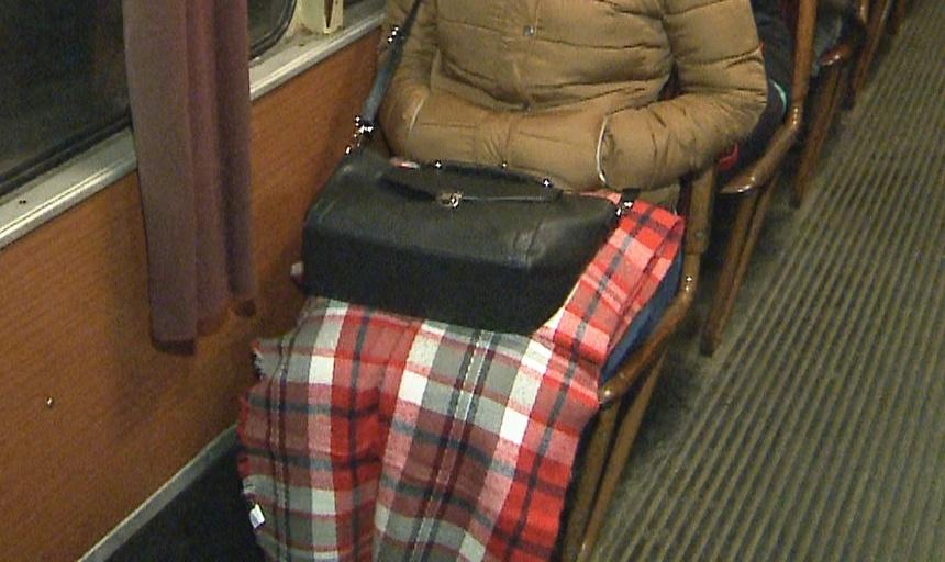 REPORTAJ - Arad: Călători acoperiţi cu pături într-un tramvai interurban, din cauza frigului din vagoane. FOTO