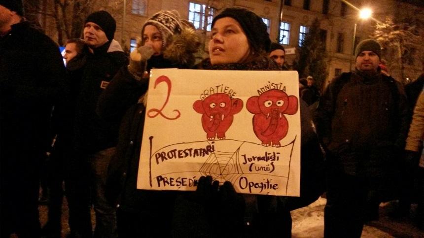 """Sute de persoane protestează la Timişoara, Braşov, Sibiu, Ploieşti şi Iaşi, faţă de proiectele de ordonanţă vizând graţierea: """"La închisoare, nu la guvernare"""" - FOTO/ VIDEO"""