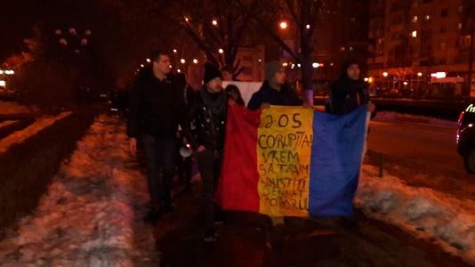 Aproximativ 200 de ploieşteni au protestat  în centrul oraşului, scandând lozinci împotriva Guvernului, a lui Dragnea şi a lui Mircea Cosma