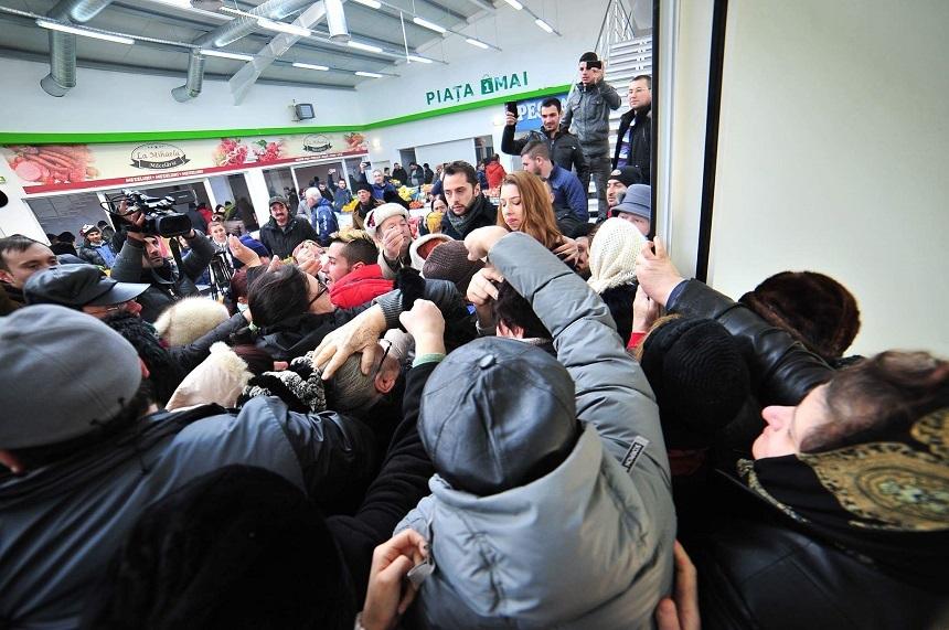 Peste 300 de persoane s-au îmbulzit ca să prindă tichete de cumpărături de 20 de lei oferite la inaugurarea unei pieţe; proprietarul spaţiului comercial, citat la Poliţia Locală - FOTO, VIDEO