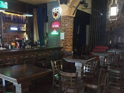 Un club din Sectorul 4 care nu avea autorizaţie a fost închis şi mai multe localuri au fost amendate pentru că se fuma şi erau vândute produse expirate. VIDEO
