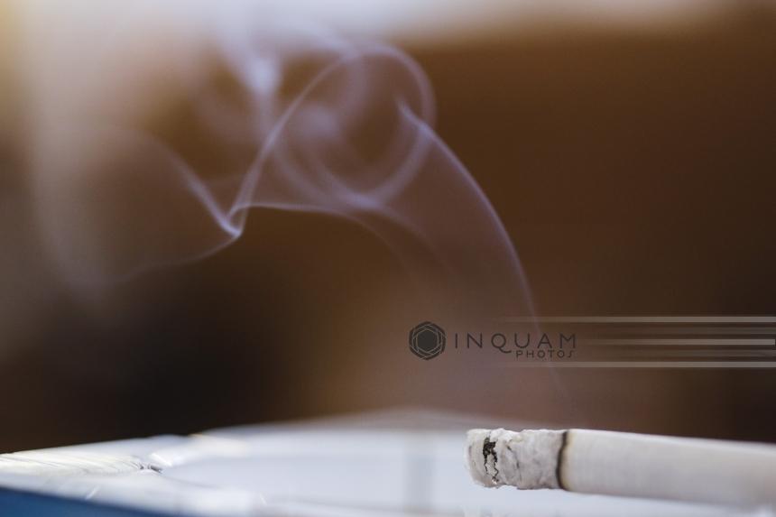 Legea antifumat se modifică în comisii la Senat: Fumatul va fi posibil la terase şi în camere special amenajate