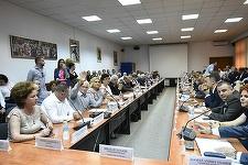 CJ Prahova, constituit la a treia şedinţă; liberalii au părăsit sala după ce consilierii PSD, ALDE şi PMP au arătat votul şefilor de partid