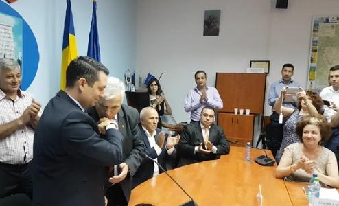 Consilier PSD fotografiat sărutând mâna noului şef al CJ Prahova: N-a ajuns mâna lui la gura mea. E o prostie