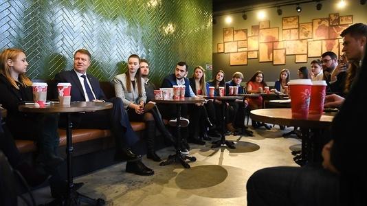 """Iohannis, la cafenea cu studenţii ieşeni: Cum vă descurcaţi?, l-a întrebat preşedintele pe un student care s-a plâns de bursele mici. """"Ne ajută părinţii"""", a răspuns acesta"""
