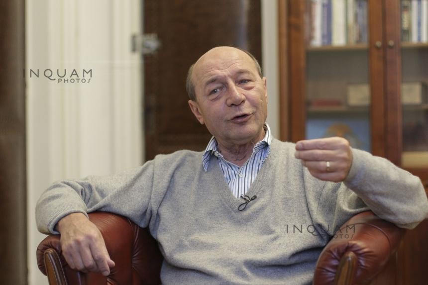 Băsescu: De ce nu apelează Firea pentru deszăpezire la miile de asistaţi social pe care primăriile de sector îi miluiesc lunar?