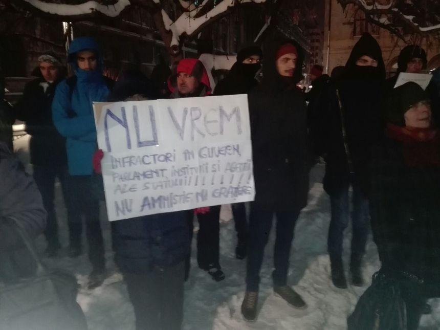 """REPORTAJ: Protest """"Victor Ciorbea, eşti demis!"""" în Piaţa Universităţii - Circa două sute de oameni au scandat: """"Avocatul hoţilor şi al mafioţilor"""" - VIDEO"""