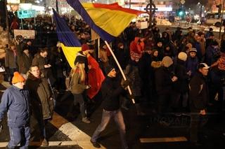 Protestatarii din Piaţa Victoriei au plecat în marş spre sediul PSD din Kiseleff