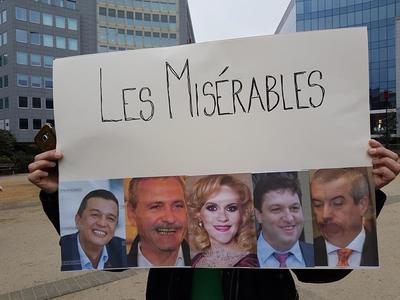 Un grup de români a protestat la Bruxelles în timpul vizitei premierului Grindeanu la instituţii europene. VIDEO