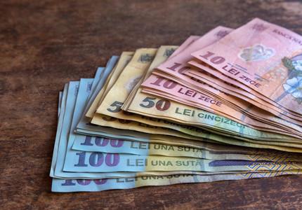 STUDIU: Unul din zece români achită lunar la bănci rate care însumează peste jumătate din venituri