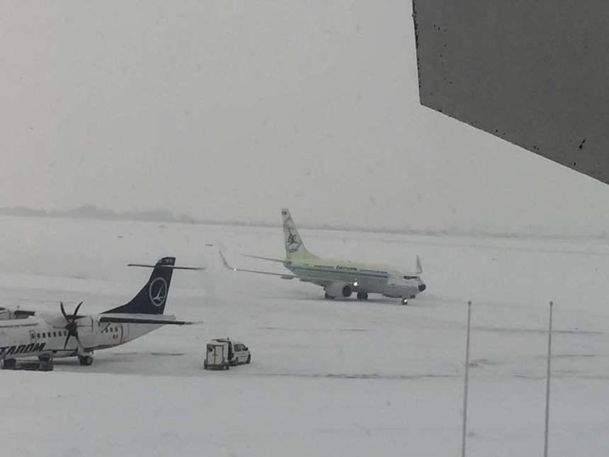 Niciun avion nu a mai decolat de pe aeroportul Otopeni după ora 6, din cauza ninsorii. Primul avion ar putea pleca la 8.30