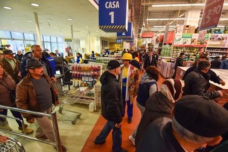 STUDIU: Aproape o treime din români sunt nemulţumiţi că personalul din marile magazine este insuficient