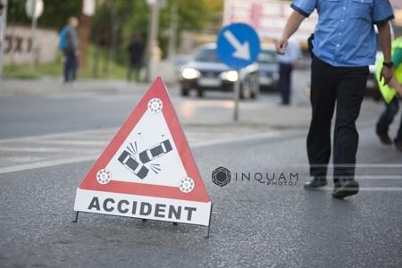 Circulaţia pe DN 2 în Vrancea se desfăşoară pe un sens după ce o cisternă s-a răsturnat, şoferul fiind rănit grav
