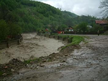 Buzău: Drumuri rupte, o maşină distrusă şi mai multe familii izolate, din cauza unei viituri formate în urma unei ruperi de nori