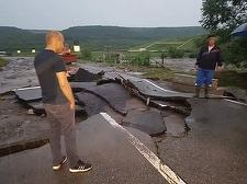 Vaslui: Traficul rutier a fost blocat în totalitate pe E 581, în apropiere de Huşi, după ce viiturile au rupt două poduri - FOTO