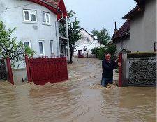 Sute de case au fost inundate în urma ploilor, în mai multe judeţe