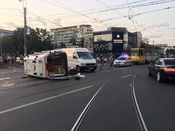 Cinci persoane au fost rănite după ce o ambulanţă aflată în misiune a fost lovită de o maşină şi s-a răsturnat, în Ploieşti