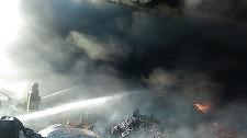 Incendiu izbucnit într-o gospodărie din Vaslui aflată în apropierea unui poligon auto, focul extinzându-se şi la zeci de anvelope