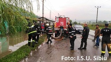 Sibiu: Peste 30 de gospodării dintr-o comună, afectate de inundaţii; pompierii intervin cu motopompe