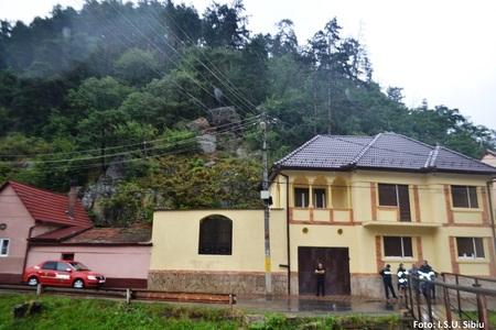 Sibiu: O a doua gospodărie a fost evacuată în localitatea Tilişca, după ce încă o stâncă s-a desprins de pe versant