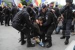 """INCIDENTE la marşul """"Luptă pentru Basarabia"""". Cinci persoane care participau la manifestaţia din Piaţa Victoriei, ridicate de jandarmi şi duse la Poliţie. UPDATE, GALERIE FOTO"""