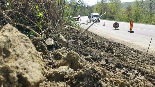 Vrancea: Trafic restricţionat pe DN 2N, după ce asfaltul s-a surpat şi s-a format o groapă de aproximativ doi metri, în urma unei alunecări de teren