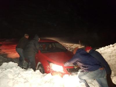 Constanţa: Peste 40 de maşini blocate în zăpadă, patru drumuri naţionale au fost închise din cauza viscolului