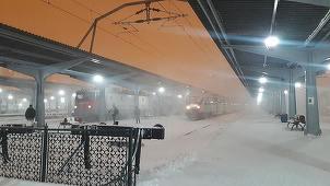 CFR Călători: 80 de trenuri sunt anulate în sudul şi estul ţării. Întârzieri între două şi patru ore la sosiri şi plecări din Gara de Nord. CFR SA: Legătura feroviară între Bucureşti şi Constanţa este menţinută. LISTA trenurilor anulate. UPDATE