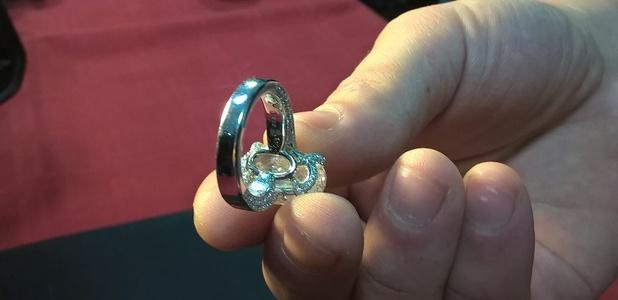 Românul care furat bijuterii de 5,2 mil. euro a pus în cutia pe care a dat-o vânzătorului pietre de pe stradă. El şi-a recunoscut fapta