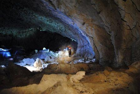 Doi topografi care făceau măsurători au fost găsiţi morţi într-o grotă din Băile Herculane; cei doi s-ar fi intoxicat cu sulf