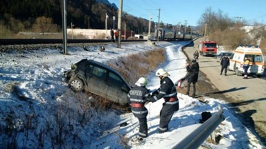 Tren staţionat în zona oraşului Buşteni, după ce a lovit o maşină  la o trecere la nivel cu calea ferată, iar locomotiva a fost avariată - FOTO/VIDEO
