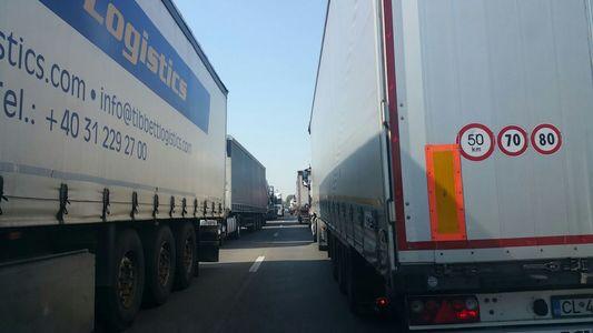 Coloane de TIR-uri la intrarea în România, la punctele de frontieră de la Giurgiu şi Calafat. Poliţia recomandă şoferilor să intre în ţară pe la Negru Vodă sau Vama Veche
