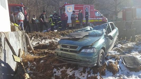 Bacău: Cinci persoane rănite, printre care şi un copil de doi ani, după ce s-au răsturnat cu maşina