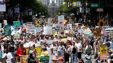 ALEGERI SUA: Mii de protestatari au demonstrat pe străzile din Philadelphia în favoarea senatorului Bernie Sanders, retras din cursa pentru nominalizare