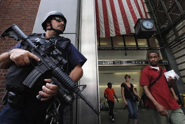 Trei poliţişti newyorkezi au fost răniţi de un bărbat înarmat cu un satâr în Manhattan VIDEO