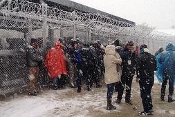 Mii de migranţi rămân blocaţi în condiţii de ger şi viscol pe ruta migratorie din Balcani