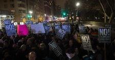Mii de oameni, în frunte cu Robert De Niro, Cher şi Alec Baldwin, au protestat la New York faţă de învestirea lui Trump. VIDEO