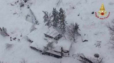Serviciile de intervenţie în situaţii de urgenţă au găsit patru cadavre din hotelul lovit de avalanşă în centrul Italiei; alte aproximativ 25 de persoane sunt date dispărute