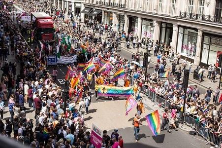 Parada gay de la Londra: 40.000 de participanţi, alături de primar, vedete din showbiz, musulmani, militari şi poliţişti; Drapelul LGBT, arborat în premieră pe Parlamentul britanic