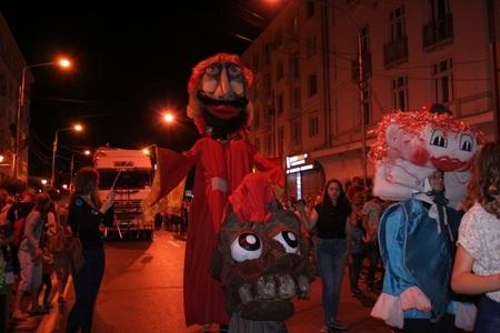 Craiova: Mii de persoane, la parada păpuşilor gigant organizată la deschiderea Festivalului Puppets Occupy Street