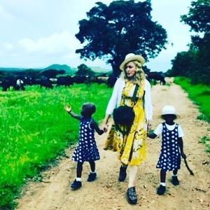 Madonna a confirmat adopţia unor gemene din Malawi şi a publicat o fotografie a acestora pe Instagram