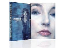O carte cu fotografii rare şi note personale ale cântăreţei Kate Bush va fi lansată în luna septembrie