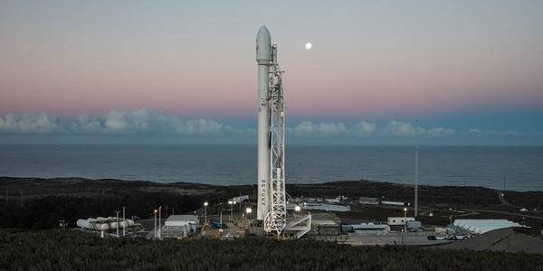 SpaceX a lansat cu succes o rachetă Falcon, în prima sa misiune după explozia din septembrie 2016; Compania americană a reuşit o nouă coborâre controlată pe o platformă marină