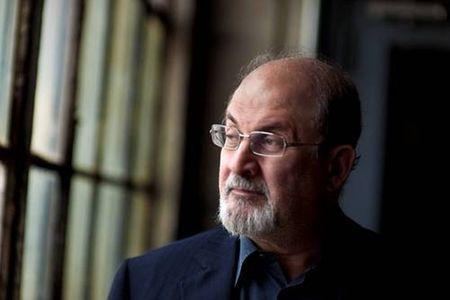 """Salman Rushdie va publica în septembrie """"The Golden House"""", un thriller despre America lui Obama şi Trump"""