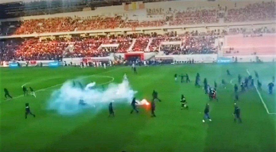 Incidente grave la meciul dintre Spartak Trnava şi Slovan Bratislava: Jucătorii celor două echipe au invadat terenul şi s-au bătut crunt – VIDEO
