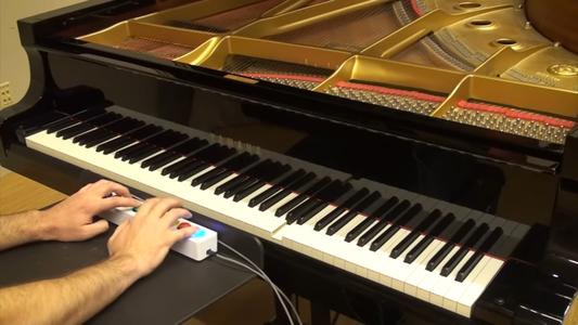 Cântatul la pian cu ajutorul AI-ului înseamnă că trebuie apăsate doar 8 butoane pentru cele 88 de note muzicale