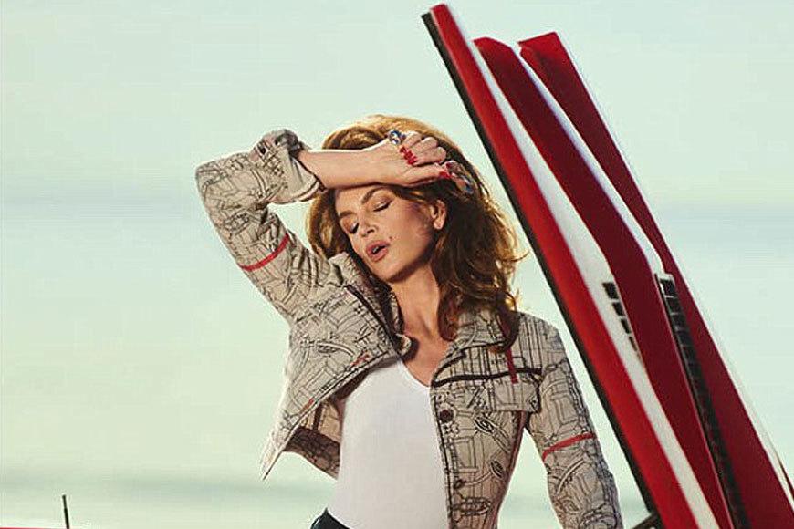 Cindy Crawford, seducătoare în cel mai nou shooting