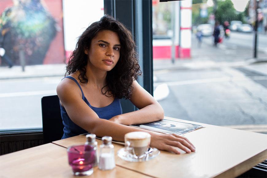 Alina Şerban, actriţă şi regizoare de etnie romă: Eu nu sunt mai deşteaptă sau mai talentată decât verişoarele mele. Eu am avut nişte şanse date de profesorii care nu m-au pus în ultima bancă, care m-au meditat gratis şi am avut privilegiul unei pieli mai