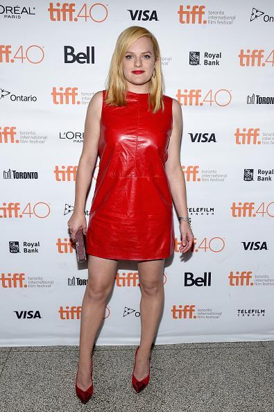Elisabeth Moss a ales o rochie puţin cam prea îndrăzneaţă, de petrecere, la o premieră de film